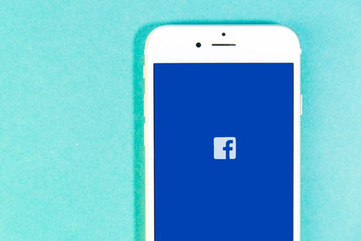 Feature Alert: Facebook Polls are back; with GIF and photo support